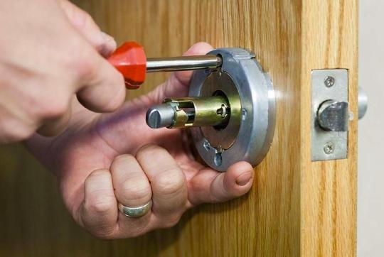 Wymiana zamków w wynajmowanym mieszkaniu jest zakazana.
