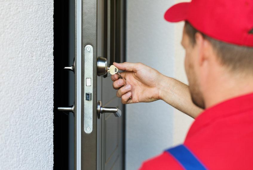Wymieniając zamki w drzwiach wynajmowanego mieszkania, właścicielowi grożą nawet trzy lata pozbawienia wolności.